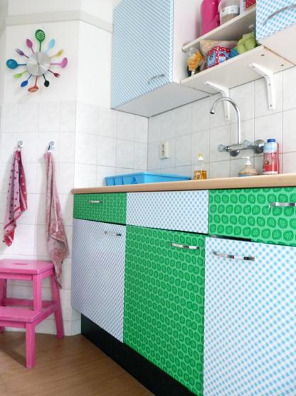 DIY plakfolie op keukenkastjes