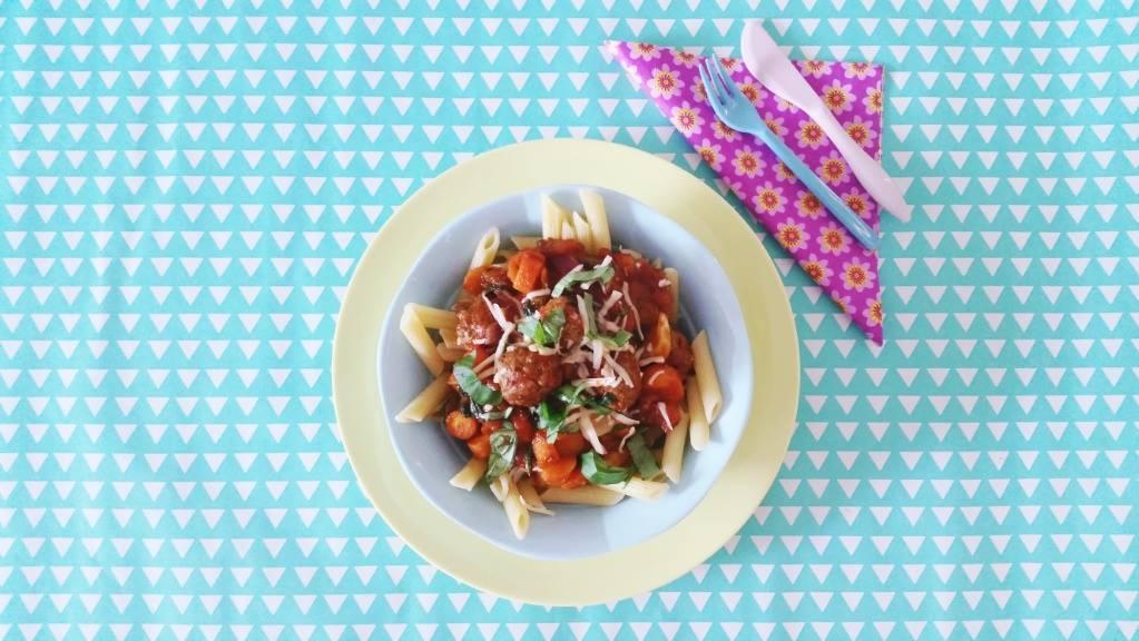 pasta met ballen bovenaf