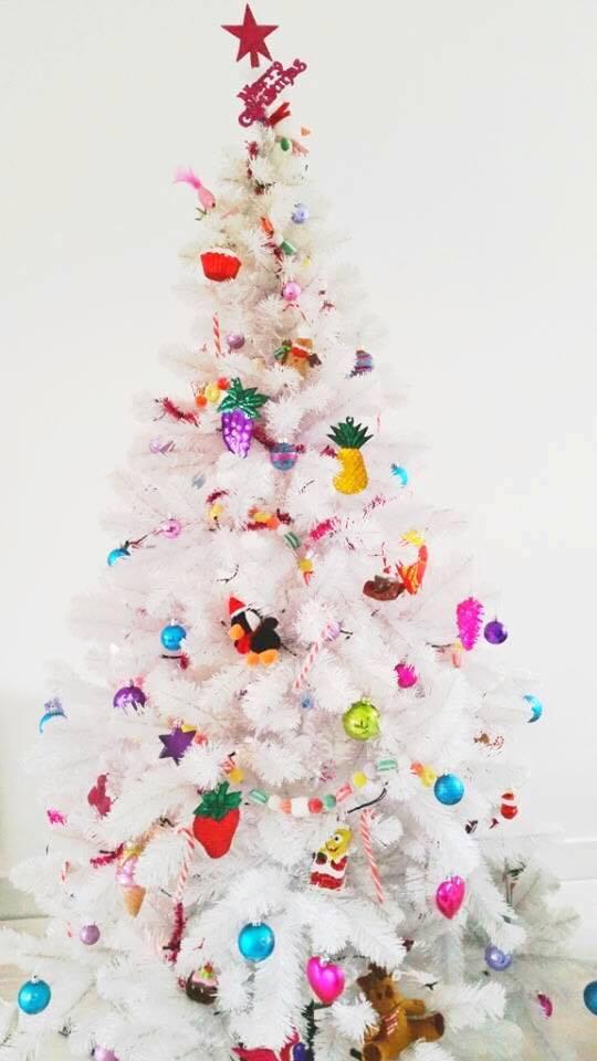 witte kerstboom met kleur