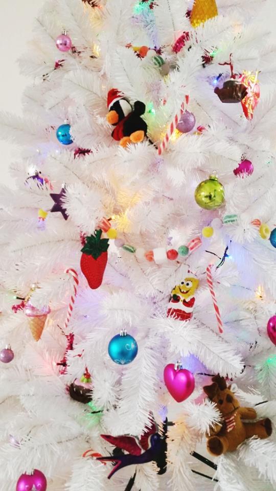 witte kerstboom met gekleurde decoraties