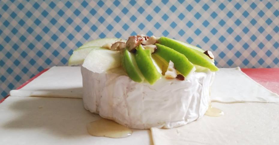 camembert met appel en noten in bladerdeeg
