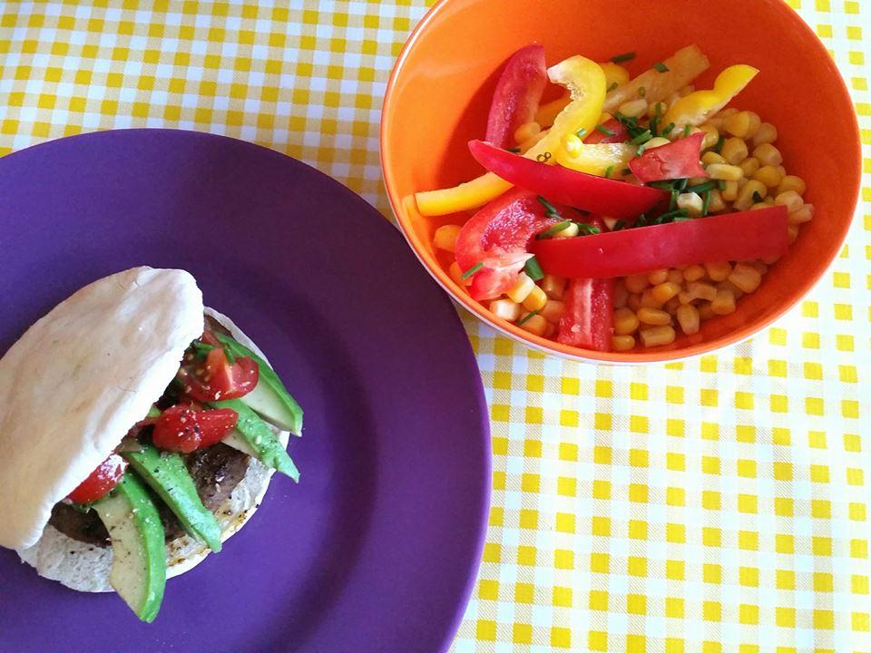 mexicaanse pitaburger en maissalade