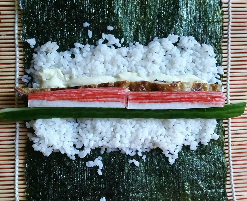 sushi maken zalm komkommer