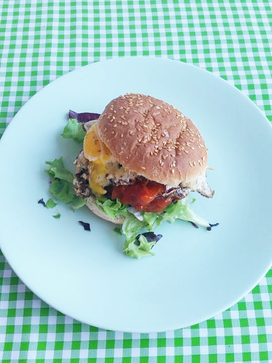sunny-side-up-burger-met-ei