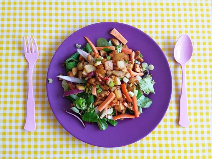salade-met-ketjap-kip-op-bord