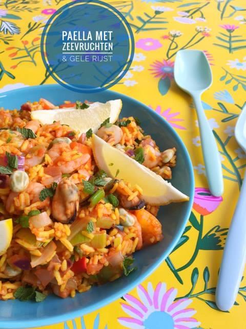 paella met zeevruchten en gele rijst