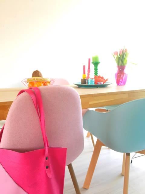 stoelen in pastelkleuren