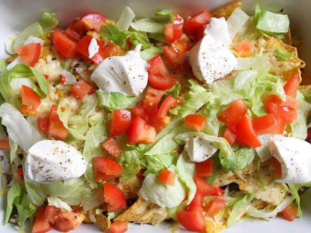 nacho's met ijsbergsla en crème fraîche