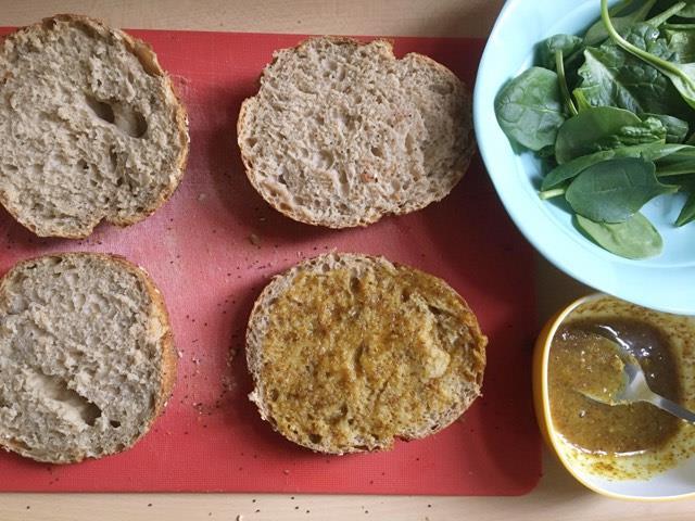 Vega Bietenburger met Spinazie, Geitenkaas, Mosterdhoning en Pijnboompitten