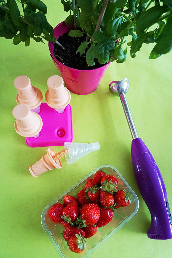 suikervrij aardbeienijs met basilicum