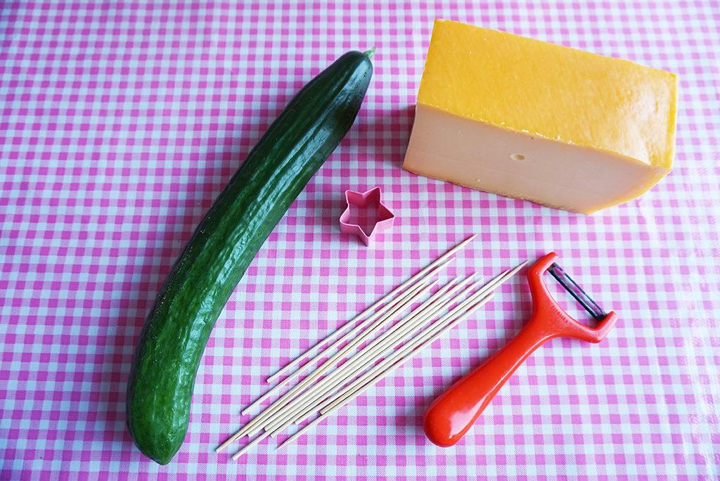 kerstboompjes van komkommer en kaas
