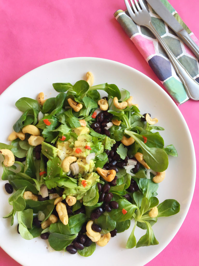 Salade met Zwarte Bonen, Avocado & Cashewnoten