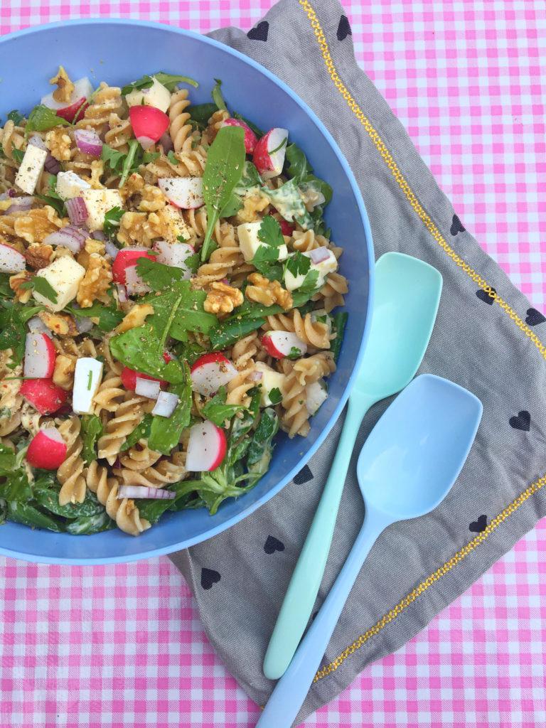 pastasalade met brie, walnoten en radijs