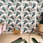 Muur en deur behangen met botanische print